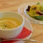 カフェアンドダイニング アカラ - 料理写真:ランチのスープとサラダ