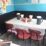 星川製麺 彩 - 店内テーブル席