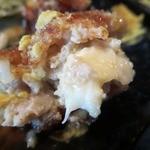 料理酒房勝 - 箸を入れパカっと割ると中からもチーズが・・・