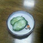 永楽食堂 - 玉丼には胡瓜の御新香が2切れ