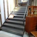 北の椅子と - 広い階段を上がり 2階へ
