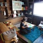 北の椅子と - キッズスペースもあります。  絵本を読んで楽しんでいるKKさん。