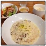 フォレスタ - 長野県産エリンギ茸のチーズリゾット。 スープ、プチデザート、ドリンク、サラダバー。 今日も女子ランチ。 米が美味しくない…