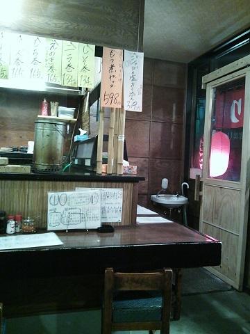 鳥清 中央林間店 - テーブル席から入口を眺める。
