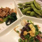 Toritoritei - お通し(枝豆、カツオのタタキ、メンマと小松菜のごま油和え)