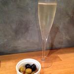 28345929 - ○スパークリングワイン                       マルケス チベ ブリュット                       スペイン カヴァ 辛口 シャンパーニュと同じ瓶内2次発酵                                              グラス ¥590 ボトル ¥2980                                              ○お通し                       いい感じに浸かった、オリーブ2種