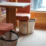 ココシカ - 各椅子には、物入れがあります、温かい心配りです