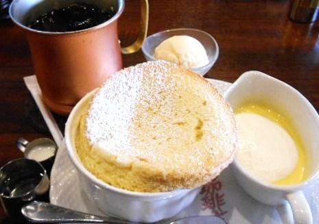 星乃珈琲店 岸和田店 - バニラのスフレアングレーズソース。トッピングはアイス。