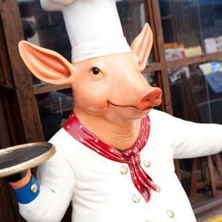 神田駅北口から徒歩1分!豚のコックさんが目印です!