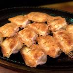 麺や おの - 餃子は一口サイズ。ニンニク効いてて、なかなかのお味です。