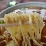 ばんげ屋食堂 - 麺は中太の縮れ麺。