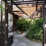 竹國 - お店の入り口は庭を進んだ先にあります