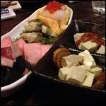 ほろ酔い処佐藤 - 鰹のたたき、赤かぶ、トコブシ(?)の昆布和え、いくらおろし乗せ厚焼き玉子、燻りがっこ&なめ茸とクリームチーズ。