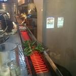 もつしげ - 焼き台からの立ち飲みカウンター