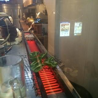 もつしげ 横浜西口店 - 焼き台からの立ち飲みカウンター
