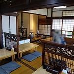 寿司割烹 俵寿し - 広い座敷の床の間の前に座りました