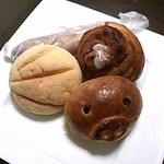 パン コリス - 豚クンから時計回りにブーブークリームパン133円、メロンパン133円、コーヒークリームの入ったハード系パン190円、シナモンロール143円