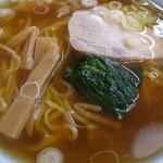 中華料理 大勝軒 - 半透明な醤油スープに大きなチャーシューに古典的なナルト、メンマとほうれん草、そして刻みネギがトッピング