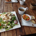 ブランカフェ - 料理写真:チキンとトマトのシーザーサラダランチ
