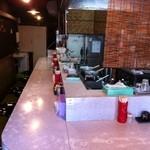 焼あご煮干ラーメン きち - カウンター8席の店内。基本的に店主一人で切り盛りしています。