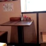 麺や辰 - 2人掛けのテーブル席