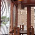 cafe 木蓮 - 南側の明るいテーブル席