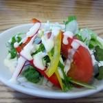 Kichi--Kichi - 先ずは最初にカレーセットのサラダがテーブルに届きました、野菜のみのサラダですがパプリカが入ってドレッシングが白いので色鮮やかなサラダに仕上がってます。