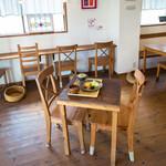 カフェ セレステ - 店主自ら作った店内は木のぬくもり満載!