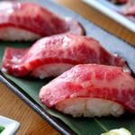 うなり - 口の中でとろけるお肉を味わえる『牛トロあぶり寿司(2カン)』
