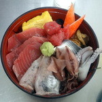 売店 清水 - 料理写真:海鮮丼ご飯少な目(880円)