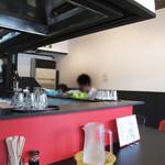 華らーめん - 厨房を囲むL字型のカウンター席のみです。