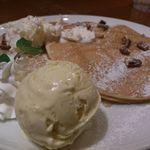 28408889 - メイプル&ホイップバター、ピーカンナッツのパンケーキ