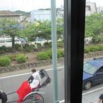 スイート・ママ - 窓から見える若宮大路の様子
