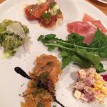 カプスーラ - 前菜5種盛り合わせ:新鮮なモツとクルミのサラダ グリーンソース・色々なお豆のとゴーダチーズ モルタデッラハムのツナサラダ・イワシのカルピオーネ・スモークサーモンのマリネ・生ハムとモルタデッラ