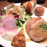 コトトワ - プレートランチ 1350円 の豚ロース肉の鉄板焼き 粒マスタードソース、クリーンサラダ ソフトサラミびせ、オムレツ