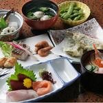 いわし亭 - 料理写真:おまかせちらし付き