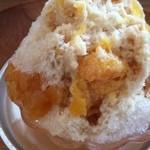 島のモノ 喫茶 田中戸 - 氷の中に果実。サイドに果皮のコンポート。手づくり練乳の個性も光ります。うま〜♪