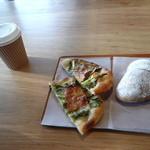 チクテベーカリー - 蕪の葉とベーコンのpizzaとリュスティックオショコラとコーヒー