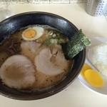 とろく黒亭 - ラーメン(600円)+おにぎり(50円)