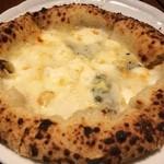 ピッツェリア ピッキ - クワトロフロマッジ。ゴルゴンゾーラの香りがたまらないピッツァ。蜂蜜をかけていただきます。