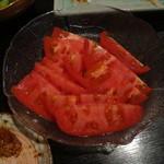 木の実 - トマト(左下にレバカツのかけら)