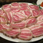 Kollabo - 日本初、国産ブランド豚を秘伝のワインタレで燻製したサムギョプサル