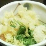 28435369 - 無料の揚げ玉と刻みネギと生姜を皿に小分け。