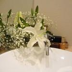 日本料理 太月 - トイレのお花