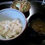 横浜うかい亭 - ガーリックライスと漬物、じゅん菜の赤出汁。