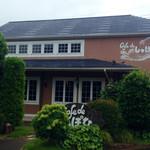 cafe de しっぽな - サーモンピンクの建物(*´v`*)