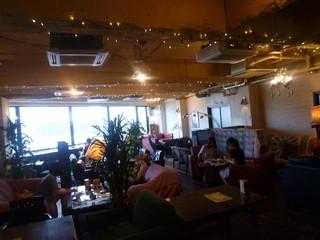 TUBO CAFE - カジュアルで、ソファがたくさんある店内
