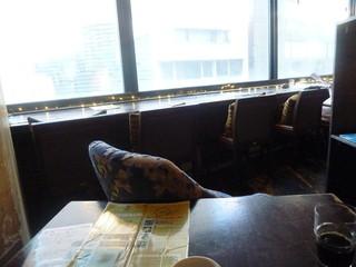 TUBO CAFE - 窓際は全てカウンター席になっています