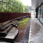 茶洒 金田中 - 雨の日の外の廊下