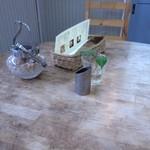 ボヌール - テーブル。ささやかな緑に和みます